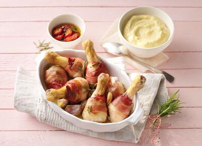 Knusprige Hähnchenkeulen in Speck mit Rosmarin und Polenta